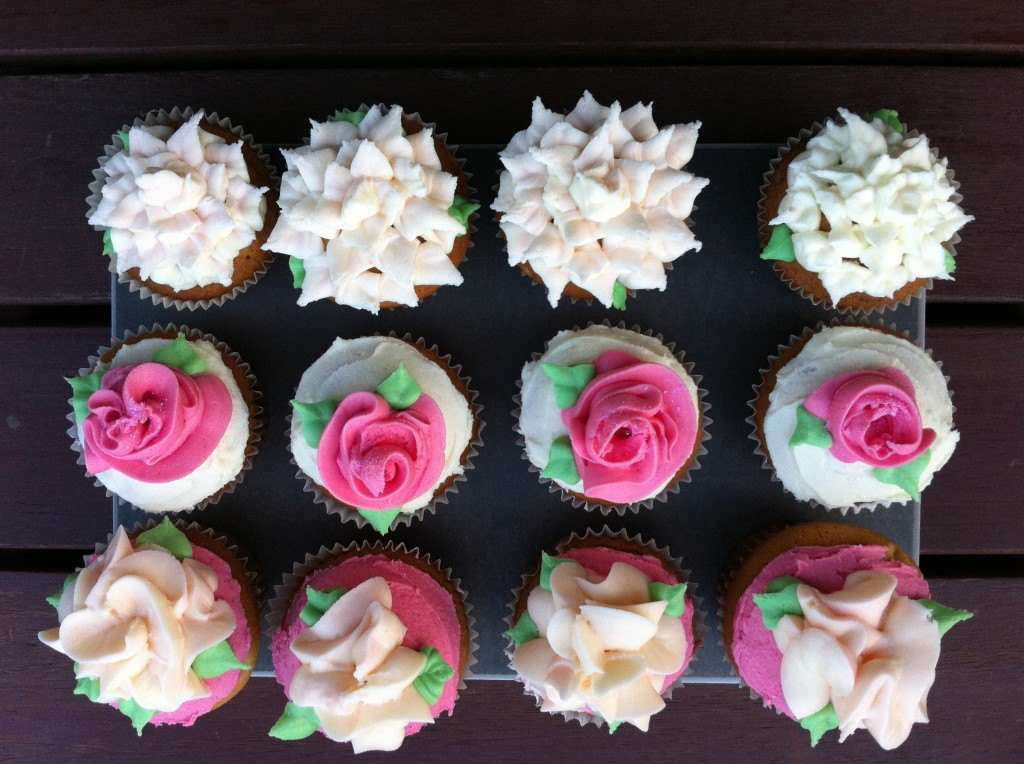 how to pipe buttercream flowers tutorial using only a ziplock bag