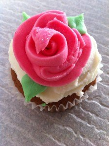how to pipe easy buttercream rose bud cupcakes