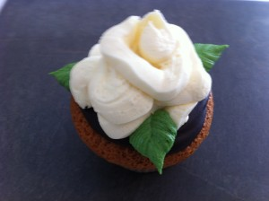 how to pipe butter cream roses using only a ziplock bag